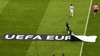 Die Europa League kann einpacken. Wegen des Corona-Virus sind vorerst alle Partien abgesagt. Ob und wie es weitergeht, soll am Dienstag entschieden werden.