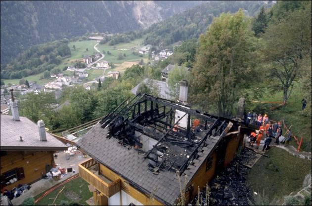 Ein ausgebranntes Chalet im Walliser Dorf Salvan, wo eines der Sonnentempler-Massaker stattfand. Bild: Getty Images