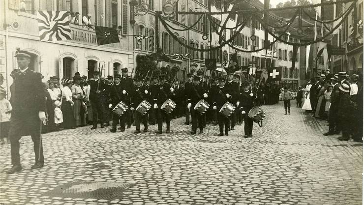 Die Kadetten führten 1915 den Rutenzug an. Auf Papierblumen wurde bei der Dekoration in der Brugger Altstadt aus Spargründen verzichtet. ZVG