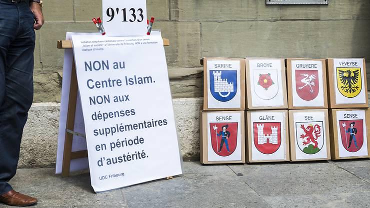 Die SVP des Kantons Freiburg sammelte 9133 Unterschriften für eine Initiative, die den Betrieb am Islamzentrum der Universität Freiburg einstellen will.