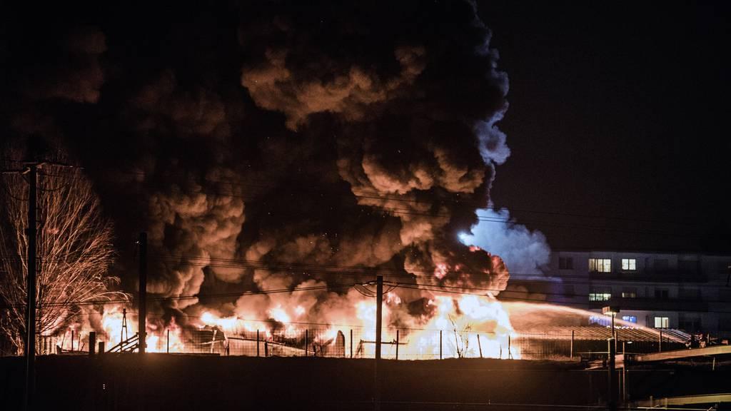 Grosseinsatz wegen Brand in Reifenlager