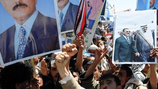 Demonstranten fordern den Rücktritt des jemenitischen Präsidenten Saleh in Sanaa (Archiv)