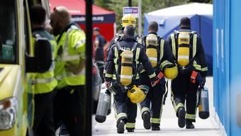 """Die Feuerwehr unterbricht die Suche nach Opfern im ausgebrannten Hochhaus in London vorerst, weil die Ränder des Gebäudes """"strukturell nicht sicher"""" seien."""