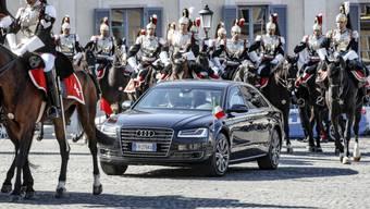 Kein Aufwand zu hoch, um China zu umschmeicheln: die berittene Garde des italienischen Präsidenten Mattarella eskortiert Staatschef Xi Jinping in den Palazzo del Quirinale in Rom.