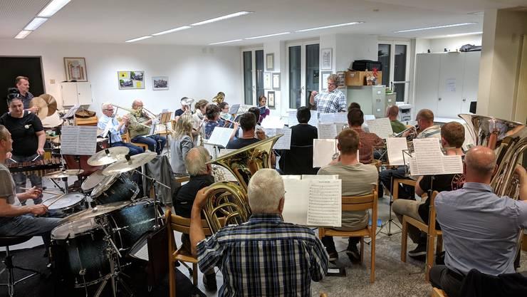 """Die MG Ehrendingen während der wöchentlichen Probe zur perfektionierung des Vorspielstücks """"Pacific Dreams"""""""
