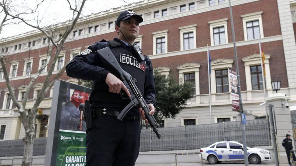 Türkischer Polizist am Donnerstag vor dem wegen Terrorgefahr geschlossenen deutschen Generalkonsulat in Istanbul.