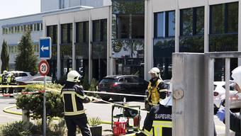 Die Feuerwehr bekämpft den Brand bei Leclanché. Rund 50 Personen mussten in Sicherheit gebracht werden, 13 mussten sich zur Kontrolle ins Spital begeben.