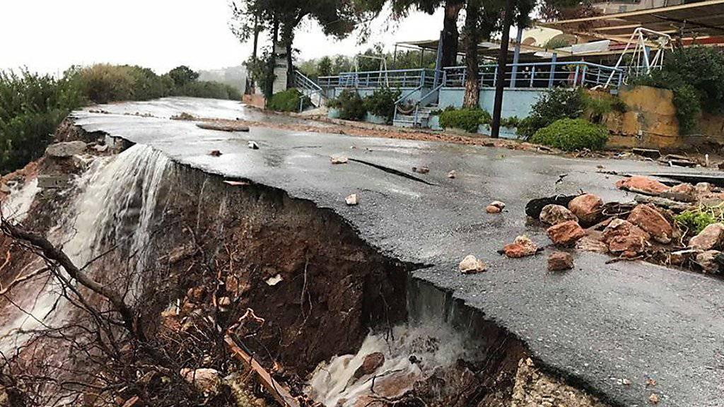 """Sturm """"Sorbas"""" hat in Griechenland Schäden hinterlassen. Auf der Insel Euböa werden zudem drei Menschen vermisst."""