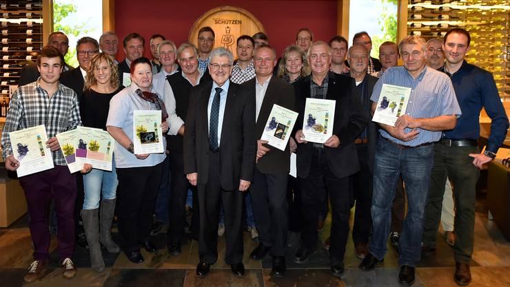 Winzerinnen und Winzer freuen sich über die Diplome von Regierungsrat Roland Brogli (Mitte) im Keller das Gasthauses Schützen in Aarau. foto: Gerold Fei