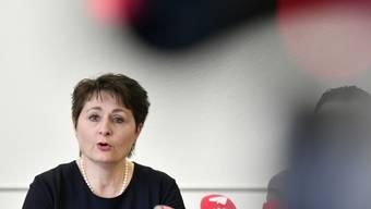 Die Aargauer Gesundheitsdirektorin Franziska Roth kündigt an einer Medienkonferenz in Aarau am Dienstag an, dass sie ihr Amt als Parteilose weiterführt.