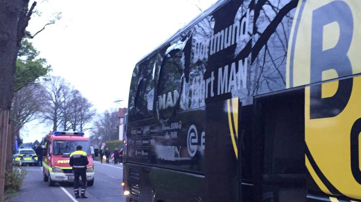 Kurz nach der Abfahrt von Borussia Dortmund vom Hotel zum Stadion sind in der Nähe des Mannschaftsbusses drei Sprengsätze explodiert. Das teilte die Polizei in Dortmund am Dienstagabend mit.