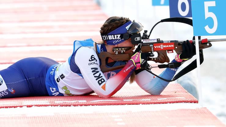 Dank einer starken Schiessleistung schafft es Lena Häcki in Antholz in die Top Ten