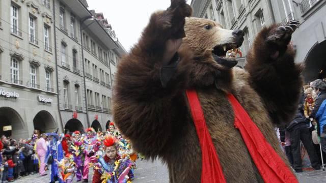 Der Fasnachtsbär präsentiert sich in Bern (Archiv)