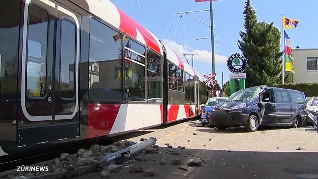 Zug crasht in Armeefahrzeug