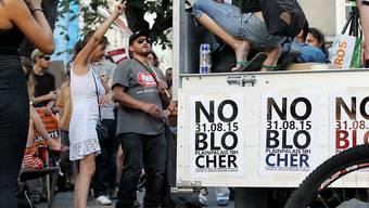 """""""No Blocher"""": Rund 250 Personen haben am Montag in Genf gegen eine Parteiversammlung mit Christoph Blocher und Oskar Freysinger demonstriert."""