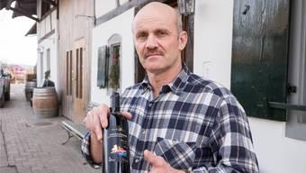 Christian Jäggi mit dem Corpus Delicti: Er kann kaum fassen, dass er seinen Pinot Noir «Grenzgänger» womöglich bald als Kochwein verkaufen muss.