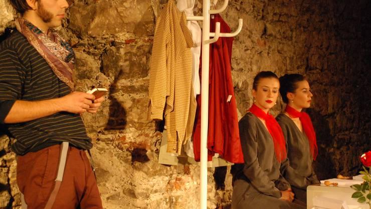 Beklemmender Warteraum: Romeo (Luca Vincenzi) mit seinem Notizbuch. Im Hintergrund zwei Klon-Beamtinnen (Angela Nigg, Mélanie Honegger, v.l.).