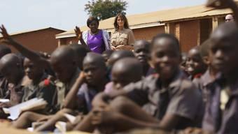 US-First Lady Melania Trump besuchte in Malawi eine Schulklasse. Die Präsidentengattin ist erstmals alleine unterwegs auf offizieller Mission.