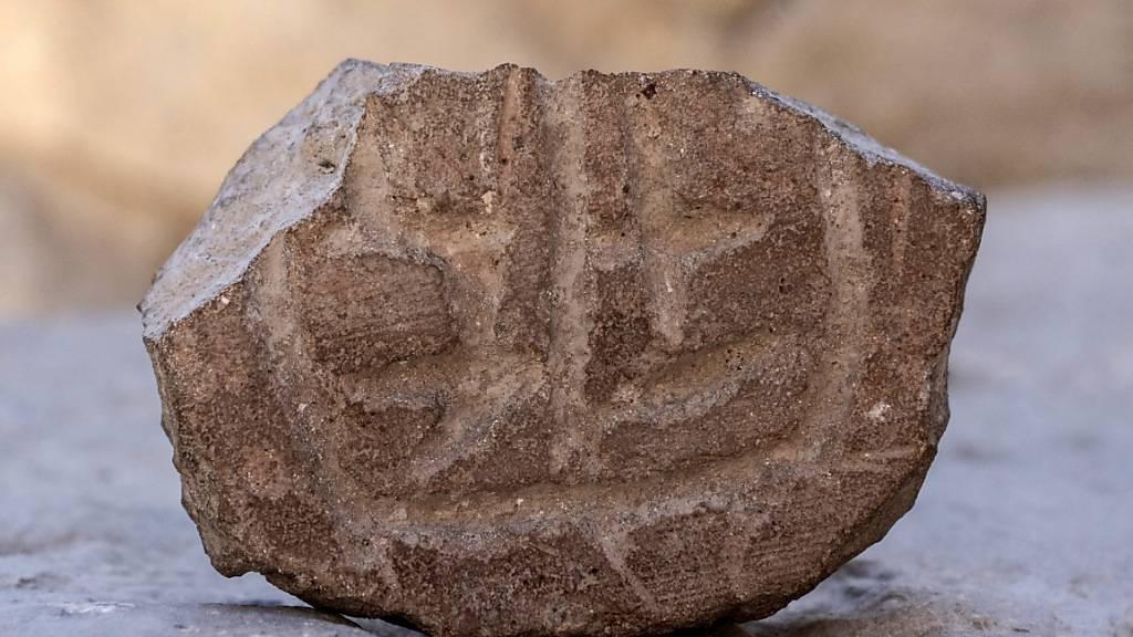 HANDOUT - Israelische Archäologen haben bei Ausgrabungen ein etwa 2500 Jahre altes Siegel gefunden. Das Fundstücke stammt aus der Zeit nach der Zerstörung Jerusalems durch die Babylonier im 6. Jahrhundert vor Christus, hieß es laut Mitteilung. Foto: -/Israelische Altertumsbehörde/dpa - ACHTUNG: Nur zur redaktionellen Verwendung im Zusammenhang mit der aktuellen Berichterstattung und nur mit vollständiger Nennung des vorstehenden Credits