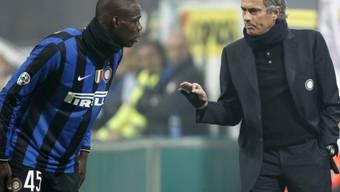 Inter-Coach Mourinho (r.) im Gespräch mit Doppeltorschütze Balotelli