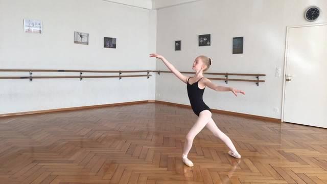Die Grenchner Balletteuse Cléa Guerry zeigt einige Figuren