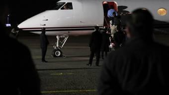 HANDOUT - Gerardo Gonzalez Valencia, ein mächtiger mexikanischer Drogenhändler, steigt in ein Flugzeug zur Auslieferung in die USA. Foto: Ministerio Interior Uruguay/dpa Foto: ---/Ministerio Interior Uruguay/dpa - ACHTUNG: Nur zur redaktionellen Verwendung und nur mit vollständiger Nennung des vorstehenden Credits