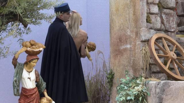 Jesuskind gestohlen: Polizist im Vatikan führt Femen-Aktivistin ab