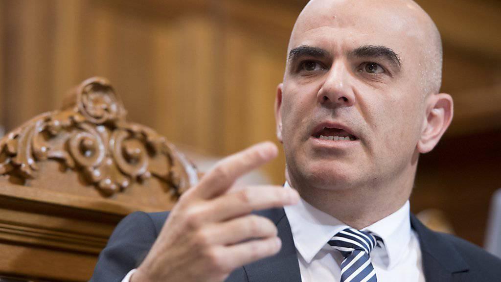 Bundesrat Alain Berset warnt im Ständerat vor unverhältnismässigen Mitteln gegen IV-Rentnerinnen und -Rentner. Er erinnerte an die rechtsstaatlichen Grundsätze.