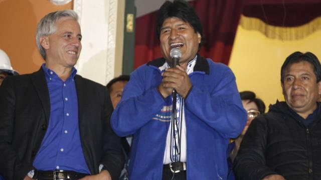 Morales verkündet vom Balkon des Präsidentenpalastes seinen Sieg