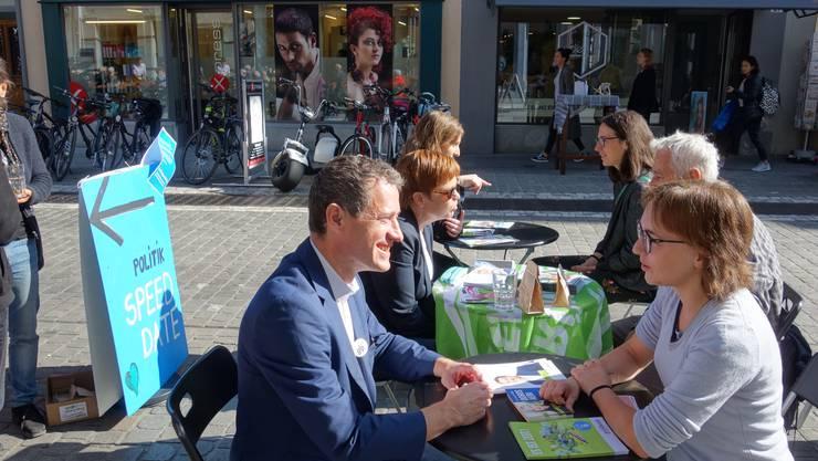 Matthias Betsche (GLP), Ruth Müri (Grüne) und Fiona Wiedemeier (GLP) im Gespräch mit Passanten.