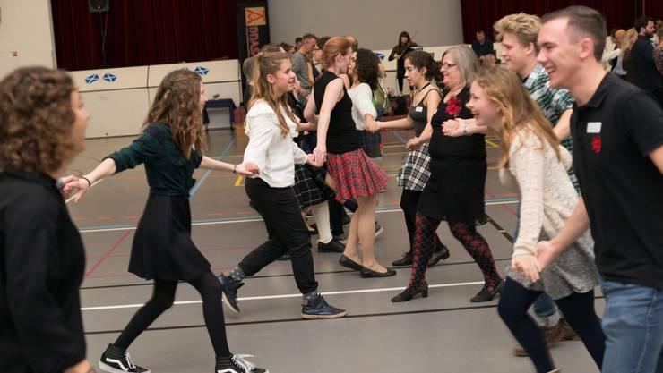 Typisch für das Ceilidh ist das Tanzen in Gruppen.