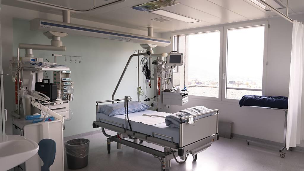 Leeres Bett auf der Intensivstation im Spital Schwyz: Im Kanton sind vier weitere Covid-19-Patienten verstorben. (Archivbild)
