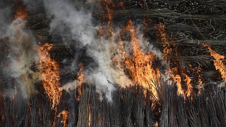"""Die Flammen züngeln hinauf zum Böögg. Dem hat es nach 17 Minuten und 44 Sekunden den Kopf """"vertätscht""""."""