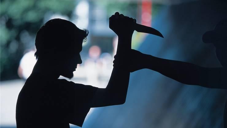Drei Jugendliche überfallen in Baden einen 18-Jährigen, einer bedroht das Opfer mit einem Messer. (Symbolbild)