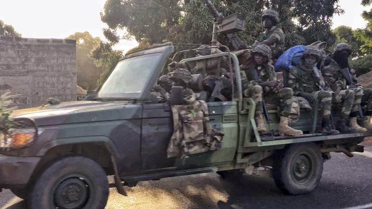 Senegalesische Soldaten auf dem Weg zur gambischen Grenze.