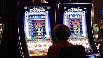 Spielen um Geld fasziniert, wie unser Symbolbild zeigt. Doch ab wann kippt das Spiel in eine Sucht?