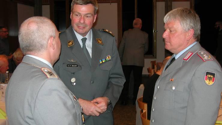 Der Gast-Referent Divisionär Hans-Peter Walser im Gespräch mit zwei Vertretern der befreundeten Reservistenkameradschaft Immendingen (RKI)