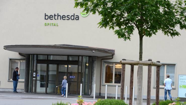 Das Bethesda Spital will weiterhin einen restriktiveren Kurs fahren, wenn es um Besuche am Wochenbett geht.