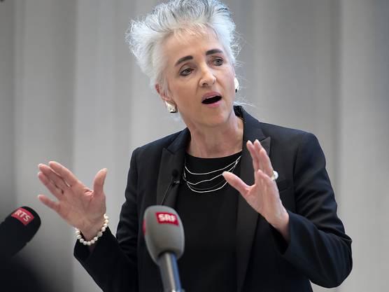 Dass Volkswirtschaftsdirektorin Carmen Walker Späh (FDP) im Frühling 2019 nochmals kandidieren will, ist keine Überraschung. Sie war 2015 gewählt worden. Ihr Amt führe sie nach wie vor «mit viel Herzblut aus», sagte sie gestern. Deshalb habe sie auch nicht die Absicht, die Direktion zu wechseln, sollte sich die Gelegenheit dazu ergeben. Zu ihren wichtigen Anliegen zählt die frühere Baujuristin die Schaffung von guten Rahmenbedingungen für die Wirtschaft. Als grosse Herausforderung bezeichnet sie den Innovationspark in Dübendorf. Dieser biete die Möglichkeit, «Arbeitsplätze im produzierenden Bereich zurückzuholen». Zum Katalog dessen, was die Volkswirtschaftsdirektorin voranbringen will, zählen im Weiteren die Digitalisierung und die Blockchain-Technologie. «Ich will, dass Zürich da ganz vorne mitspielt.» Walker Späh, die auch für die Flughafenpolitik zuständig ist, machte in jüngster Zeit vor allem Schlagzeilen mit dem Schiffsfünfliber. Diese vom Regierungsrat beschlossene Sparmassnahme verteidigte sie lange Zeit eisern, zog sie dann aber zurück und überraschte damit alle.