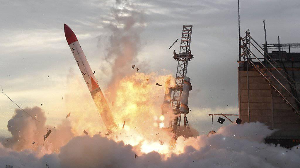 Vermutlich eine Störung im Triebwerk: Die Rakete Momo-2 geht beim Start in Japan in Flammen auf.