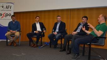Die Teilnehmer am zweiten Aargauer Fussball-Symposium in Lenzburg (von rechts): Lukas Christen, Stav Jacobi, Moderator Urs Hofstetter, Sandro Schärer und Sven Christ.
