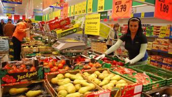 Marina Knüsel sorgt im Murianer Lidl für den Nachschub an frischem Gemüse und knackigen Früchten. Am ersten Verkaufstag konnte das Personal zahlreiche Kundinnen und Kunden begrüssen.  ES
