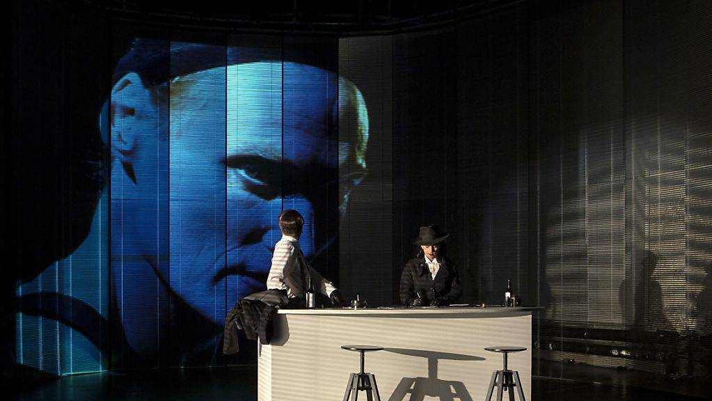 """Agententhriller, ein unheimlicher Magier und ein verdächtiger Koffer - das Theater St. Gallen zeigt das Schauspiel """"Die Anschläge von nächster Woche"""" von Thomas Arzt als Schweizer Erstaufführung."""