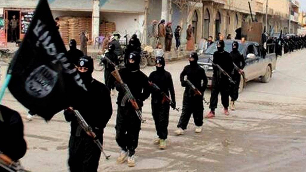 IS-Kämpfer in der syrischen Stadt al-Rakka: Die Terrorgruppierung rekrutiert viele Mitstreiter im Ausland. Laut Interpol beläuft sich die Zahl der «Dschihad-Touristen» auf fast 6000 Personen (Archiv).