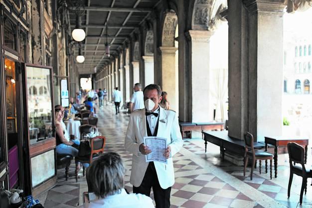 Viele freie Tische und Kellner mit Schutzmaske: ein ungewohnter Anblick im Caffè Florian in Venedig.