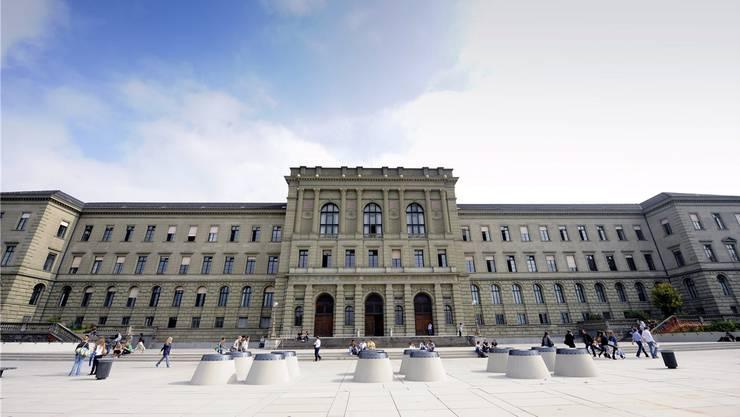 Die ETH Zürich schafft zwei neue Schulleitungsbereiche. (Archiv)