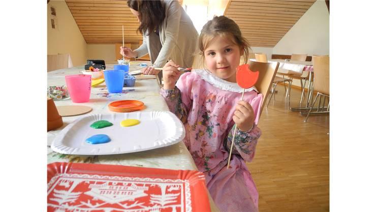 Giulia hat Spass beim Basteln im Familienzentrum