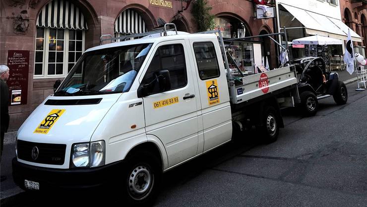 Für 250 Franken können Handwerker ab 2015 in Basel-Stadt (im Bild: beim Rümelinsplatz) und Baselland parkieren. Die Wirtschaftsverbände beider Basel setzen sich dafür ein, dass das Parkregime auf die Nachbarkantone ausgedehnt wird. (Archiv)