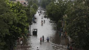 Eine überschwemmte Strasse in Ahmadabad im indischen Bundesstaat Gujarat. (Archivbild)