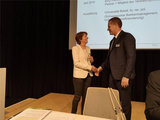 Jolanda Urech gratuliert ihrem Nachfolger Beat Huber zur Wahl als Eniwa-Präsident.